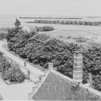 Uitzicht met gedeelte van het weeshuis, gezien van uit het torentje van het weeshuis.