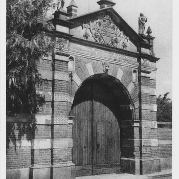Wapen van de gravin van Buren in de poort van het weeshuis