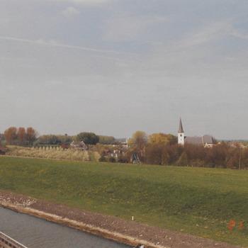 Gezicht vanaf het Amsterdam-Rijnkanaal op de kerk van Rijswijk