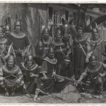 Hellasleden verkleed als Vikingen. Ze poseren voor de LTS aan de Prinses Beatrixlaan. Vanaf deze plaats vertrok de optocht door de stad. De optocht werd gehouden als viering van het 1500jarig bestaan van Tiel in 1950
