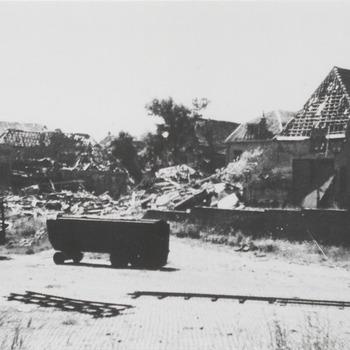 """Oude haven met oprit Ruiterstraatje. De wagens op de voorgrond zijn van Bruil's wegenbouw. De rails zijn afkomstig van de """"puinexpresse"""". Reproductie prentbriefkaart. De foto is gemaakt kort na de bevrijding"""