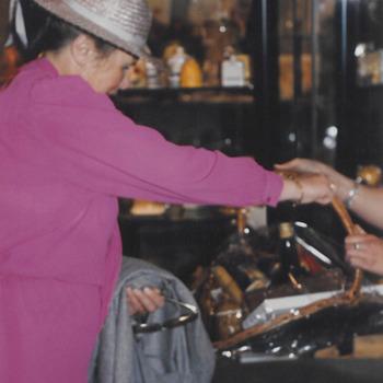 Opening stadhuis, mevr. de Bruyne bij het aanbieden van een cadeau.