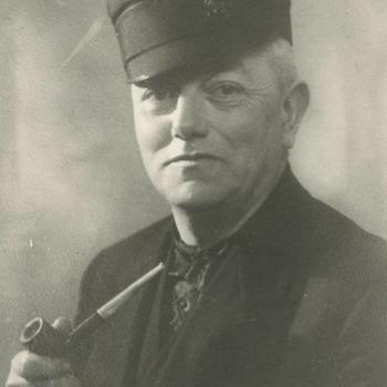 Verkleed als Betuws boertje Gert Jan Peters. Hij was jarenlang hoofdonderwijzer in Kerk-Avezaath en was daarvoor onderwijzer in Tiel. Hij was ook nog werkzaam in Amsterdam aan het Blindeninstituut. Hiernaast deed hij veel aan toneel, vaak in de rol van een Betuws boertje. Hij schreef in diverse kranten leuke stukjes in het Betuws dialect. Zijn moeder is geboren in Drumpt en zijn vader in Lienden. Hij is geboren in 1885 en overleden in 1957. Er is in Tiel ook een straat naar hem vernoemd