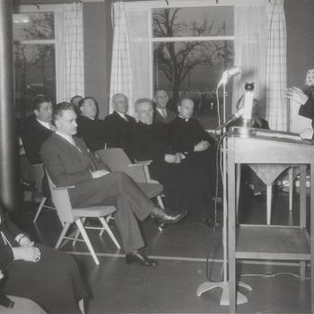 Herdenking 400ste sterfdag Vrouwe Elisabeth. In de eetzaal Elisabeth-hof. Rede president-protector H.J. ten Berge en van burgemeester van Koningsbruggen. Aanbieding beeld is geplaatst in de tuin van het Elisabeth-hof.