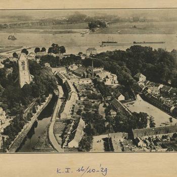 Luchtfoto van Tiel. Een der eerste luchtfoto 's van Tiel. Op de foto links de St. Maartenskerk. Aan de St. Walburgbuitensingel ligt het Badhuis. Rechts beneden het midden het Sterrebos