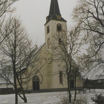 N.H.-kerk na restauratie in winterlandschap