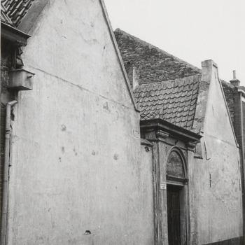 Toegangspoort van het Elisabeth Gasthuis, het Oude Mannen en Vrouwenhuis. In 1534 gesticht door vrouwe Elisabeth van Culemborg.  Rond 1980 is het hofje gesloopt en vervangen door nieuwbouw.