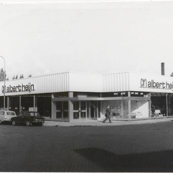 Winkel Albert Heijn op de Veemarkt. Links het Molenstraatje