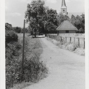 Ingang Kerkstraat met rechts op de achtergrond de N.H.-kerk
