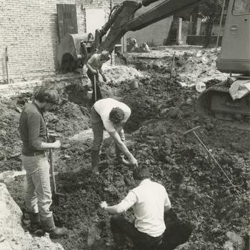 De archeologische werkgroep van Tiel krijgt van het Gemeentebestuur medewerking om opgravingen te doen op de plaats waar in de afgelopen dagen clubhuis de Poort werd gesloopt. Op de foto onderzoeken leden van de archeologische werkgroep de grond onder het gesloopte clubhuis de Poort