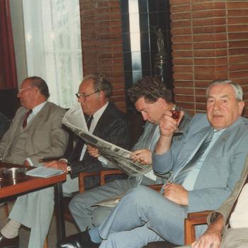 Niet doorgaan herindeling. 1987. De raadsleden van links naar rechts de heren: H. Freeke, burgemeester J.C. Hoftijzer, T. Harteman, A. de Graaf, M. Berends , O. van Ewijk