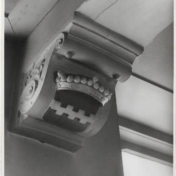 Een van de corttons onder de balken op de 1e verdieping van het stadhuis.