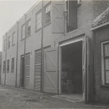 Meubelfabriek Gebr. van der Stroom; hoek Korte Meent en Rozenstraat.