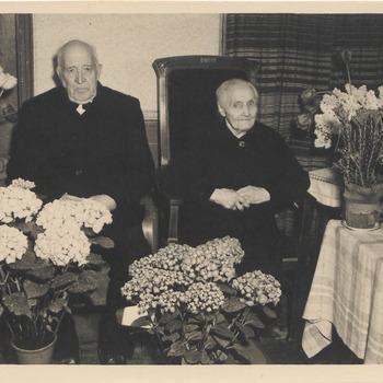 Echtpaar van Bemmel, tijdens hun huwelijksfeest. Dhr van Bemmel is klepperman en nachtwacht geweest.