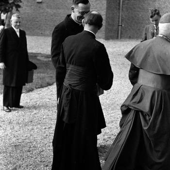 Inzegening nieuwe katholieke kerk: twee geestelijken in gesprek