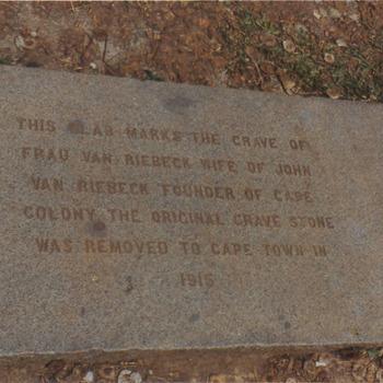 Gedenksteen echtgenote Jan van Riebeeck. De originele steen is in 1916 naar Kaapstad verplaatst vanuit Batavia.