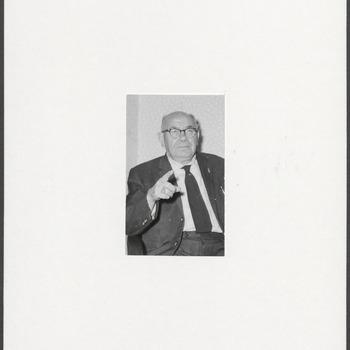 Raadslid J. van Hattem, wijzend naar de camera