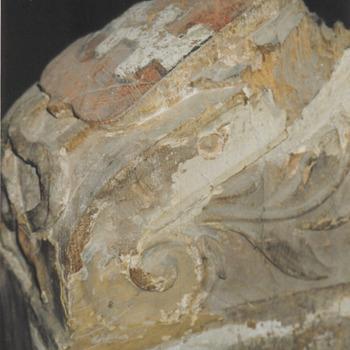 Gootconsole met het wapen van Buren er op van de zijkant gezien, gereed voor restauratie