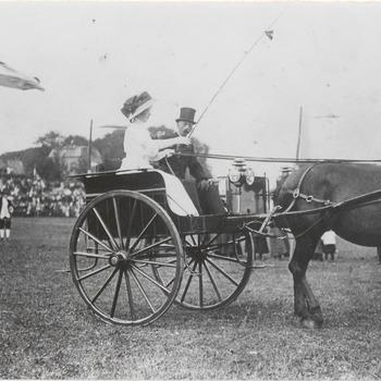 Koninginnefeest circa 1909. Dhr. Dingemans met mevr. A. Schoondermark op de wagen bij het ringsteken. De foto is waarschijnlijk gemaakt bij het Paardewater