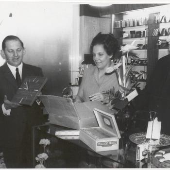 Opening sigarenzaak hoek Jodenstraatje. V.l.n.r.: dhr. Anton van Ewijk, Mevr. van Ewijk, onbekend