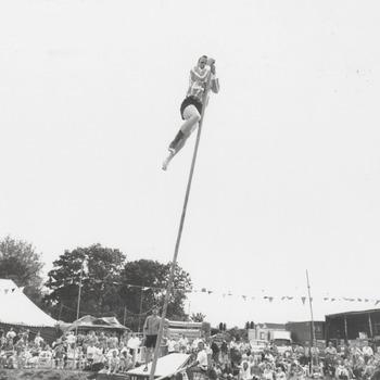 Polstok springen over de Korne. Serra Kolker aan sprong?