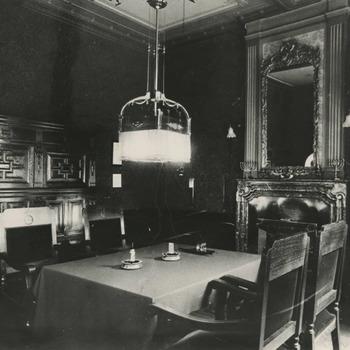 """De regentenkamer van het Gasthuis aan de Ambtmanstraat in de jaren twintig. Hier vergaderen de regenten en worden de bewoners die in overtreding zijn op het matje geroepen. Zie het boekje """"de drie steden"""" 4e jaargang nr. 1, blz. 17"""
