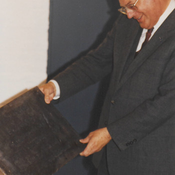 Com. v.d. kon. met de plaquette bij de opening van het stadhuis.