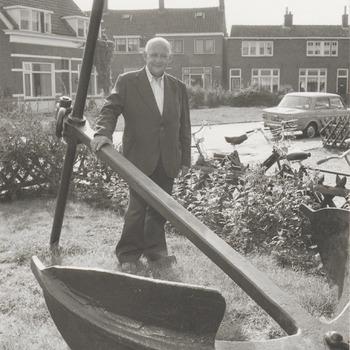 Samen met zijn inmiddels overleden broer Peter was dhr. Hammie Schobben de laatste Tielenaar die de riviervisserij als broodwinning had. Beiden hadden een boot, een zogenaamde schokker. Tot 1933 heeft dhr. Hammie Schobben gevist. Op de foto dhr. Schobben die behalve vissen ook wel eens lijken uit de Waal opviste