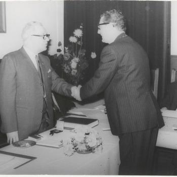 Rechts Burgemeester Borrie. Links dhr. Van Hattem. Schudden elkaar de hand.