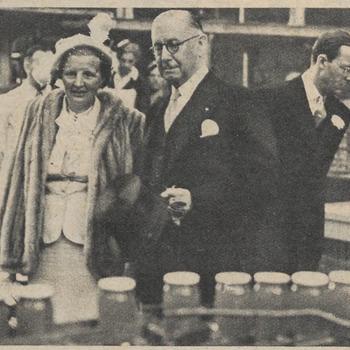 Koninklijk bezoek Tiel. Koningin Juliana en Prins Bernhard bezoeken de jamfabriek De Betuwe. De directeur, dhr. Gouverne, verstrekt toelichting
