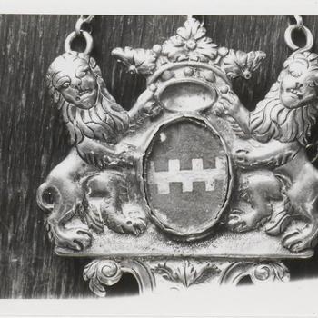 Oude ambtsketen burgemeester (detail van het wapen).