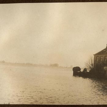 Watersnood. Haven, met rechts het woonhuis van de familie Meijer