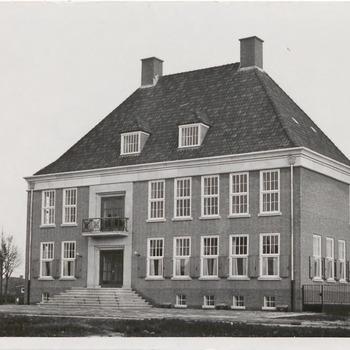 Foto van het nieuwe gemeentehuis van de gemeente Kesteren te Opheusden. Het gemeentehuis werd geopend op dinsdag 1 december 1959 door de commissaris der koningin mr. H.W. Bloemers