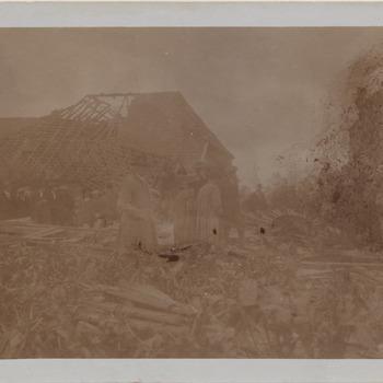 Een grote cycloon verwoest het dorpje Borculo. Op deze foto is de ravage te zien, inclusief de klok van de kerktoren