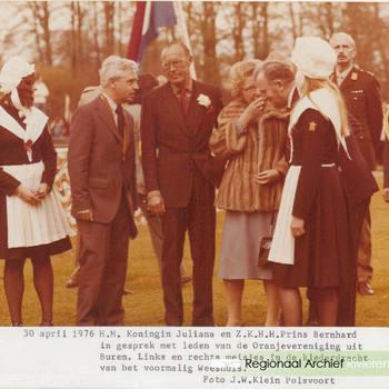 H.M.Koningin Juliana en Z.k.H.H.Prins Bernhard in gesprek met leden van de Oranjevereniging uit Buren. links en rechts meisjes in klederdracht van het voormalig weeshuis.