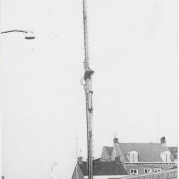 Televisiezender voor schouwburg de Agnietenhof. Op de achtergrond links het Korenbeursplein en rechts de St. Agnietenstraat