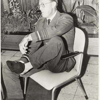 Prins Bernhard gefotografeerd zittend op een stoel tijdens een bezoek aan Culemborg, de locatie is niet bekend mogelijk Explosieven Opruimingsdienst Defensie, [1965]