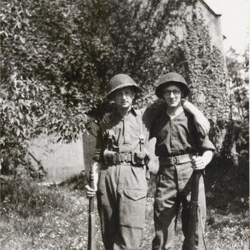 Op de foto staan twee militairen in de tweede wereldoorlog