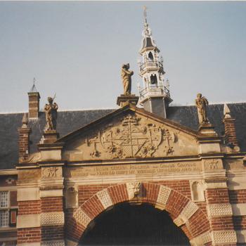 Hoofd ingang van het weeshuis met boven op de beelden, Geloof, Hoop en Liefde.