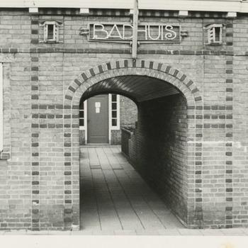 Het badhuis van de Nutsstichting met poort