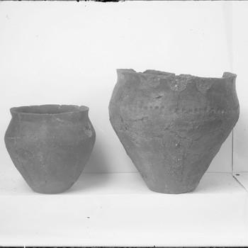 Urnen uit een heuvel (3) in het urnenveld