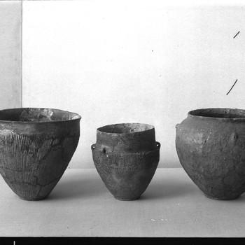 Twee urnen, hunebeddenpotje uit een vlakgraf. De Hamert (links), Nierssen (rechts), Uddelermeer