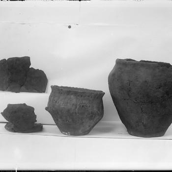 Urnen en bijpotjes van latere beenderen-bijzetting, bovenuit koepelgraf uit het urnenveld