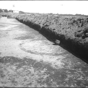 Kringen en urnen in het grafveld. RMO opgravingstent