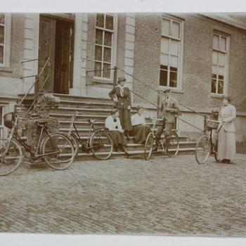 Familie Westerholt met fiets bij Huis Hackfort
