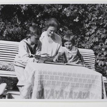 Freule Sanne zittend in tuin met twee kinderen