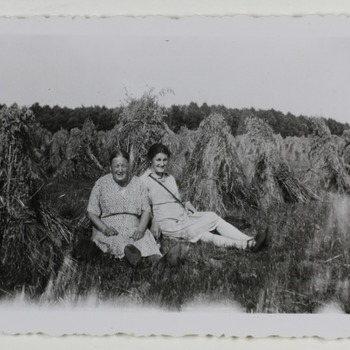 Freule Emma en freule Sanne zittend in hooiveld