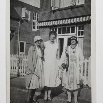 Freule Sanne met twee vrouwen