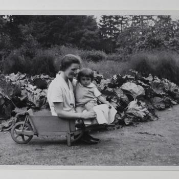 Freule Sanne in de moestuin met klein kind