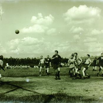 Jeugdgevangenis voetbalwedstrijd met publiek.